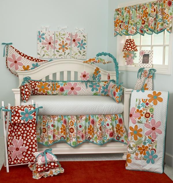 sofa mit dekokissen im babyzimmer - bunte farbtönungen