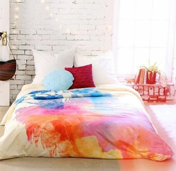 Schlafzimmer Bettwäsche weiß farbenfrohe Kissen Muster Einbau Regal