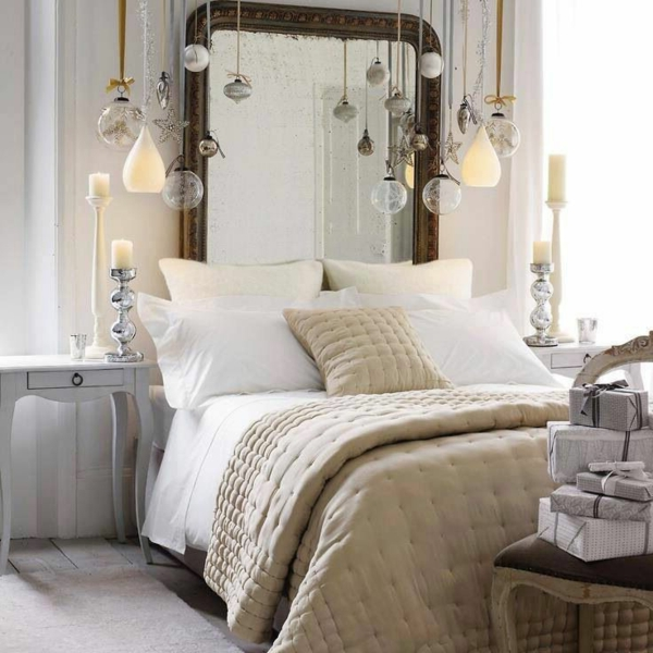 Bett Design mit einem Spiegel und hängenden Elementen für schickes Aussehen