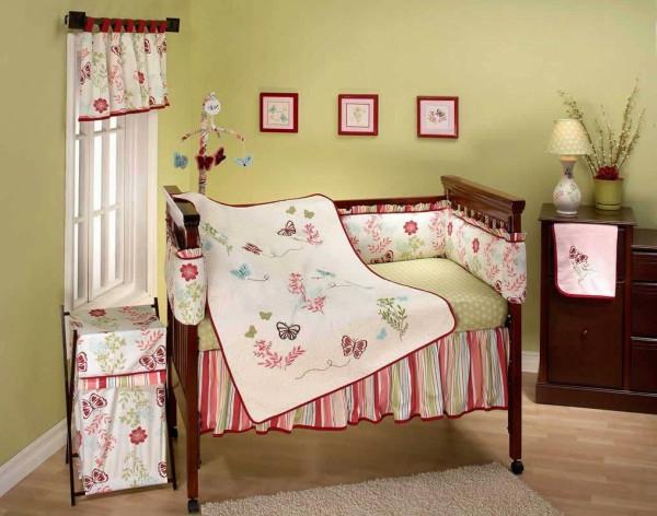 bilder an der wand und bunte farben im babyzimmer