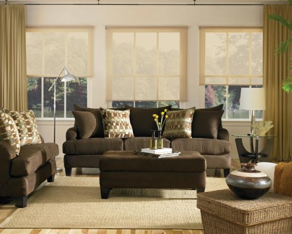 wohnzimmer design mit einem großen gouch und dekokissen