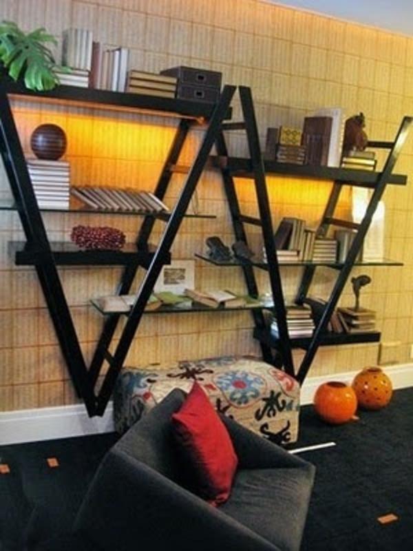 wohnzimmer gestaltung - wanddekoration aus treppen - regalsystem
