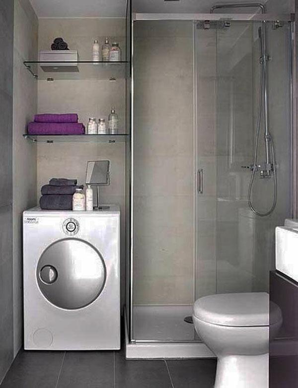 badausstattung mit einer duschkabine aus glas und ein paar regalen
