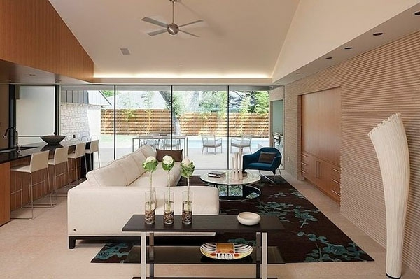 wohnzimmer schön gestalten - weißes sofa mit einem runden nesttisch
