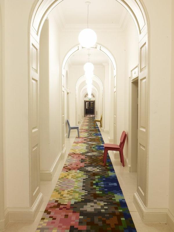 Interessantes Teppich und Stühlen im luxus Hausflur