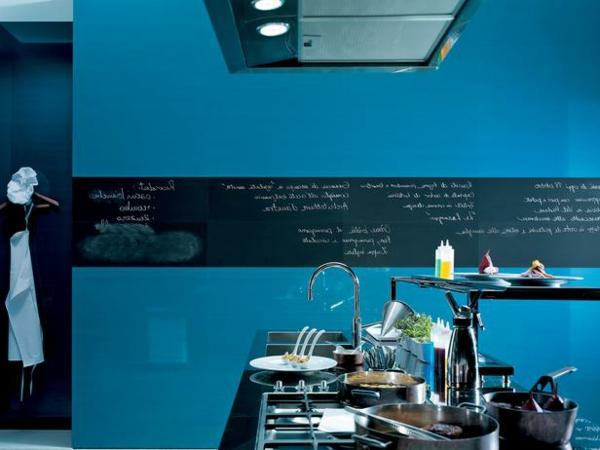 Küchengestaltung Mit Wänden In Dunkel Blau Und Einer Kreidetafel In Schwarz