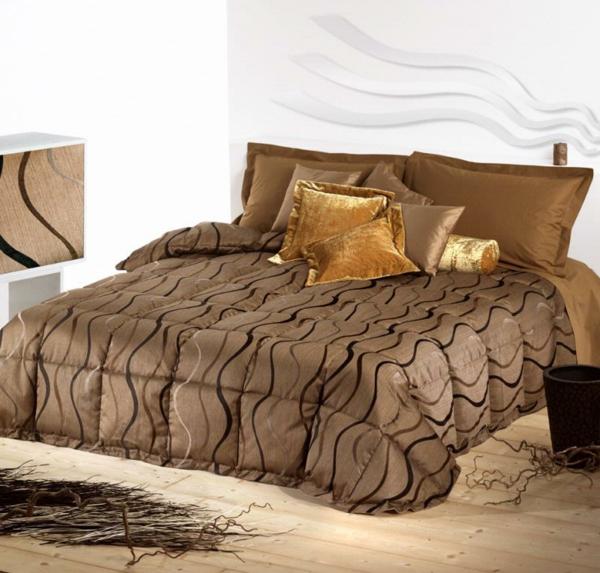 schlafzimmer mit einem bett mit bettbezügen und kissen in goldfarbenen nuancen
