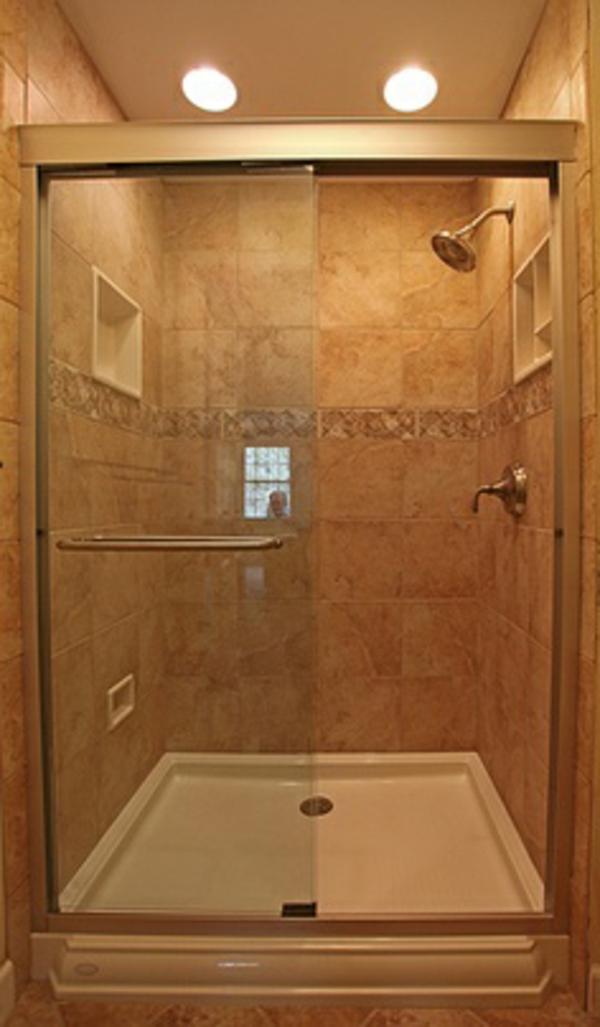 badezimmer mit einer duschkabine - goldene farbe
