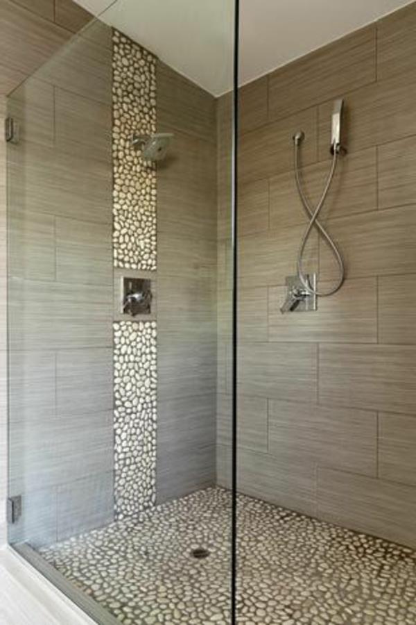 Dusche ideen bad duschkabine mit dekorativen steinen und grauen badfliesen