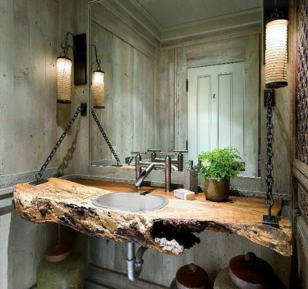 zwei lampen und kreativer waschentisch aus holz für ein extravagantes badezimmer design