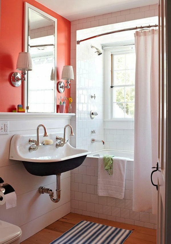 weiße vorhänge und grelle wand im kleinen badezimmer