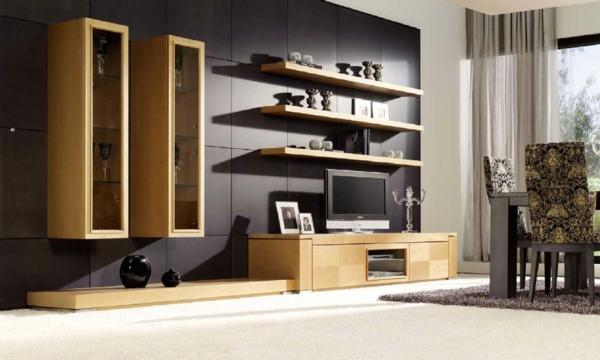 Wohnzimmer Mit Hlzernen Regalen Und Weissen Gardinen