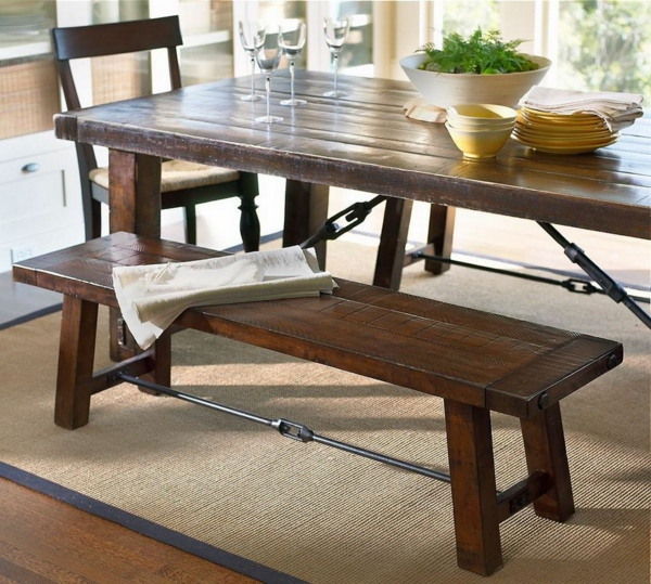 Esszimmer mit einem hölzernen Holztisch