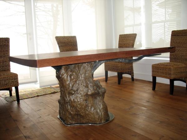 esszimmer mit einem modernen massivholztisch