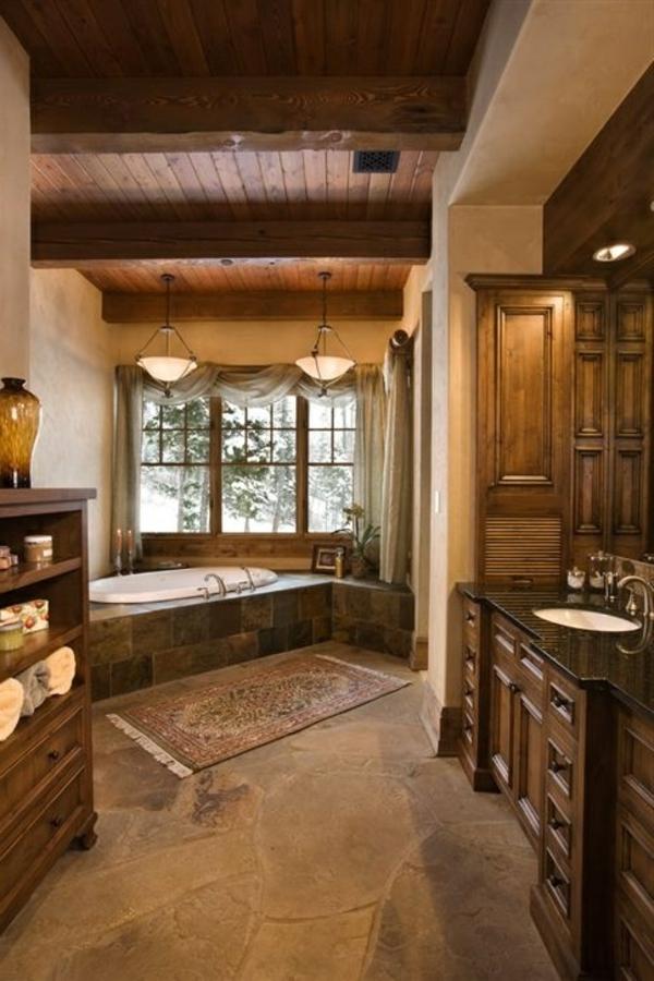 badezimmer interieur mit einer badewanne aus marmor und decke aus holz