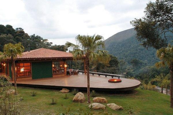 umweltfreundliches haus design mit weitläufiger terrasse und palmen