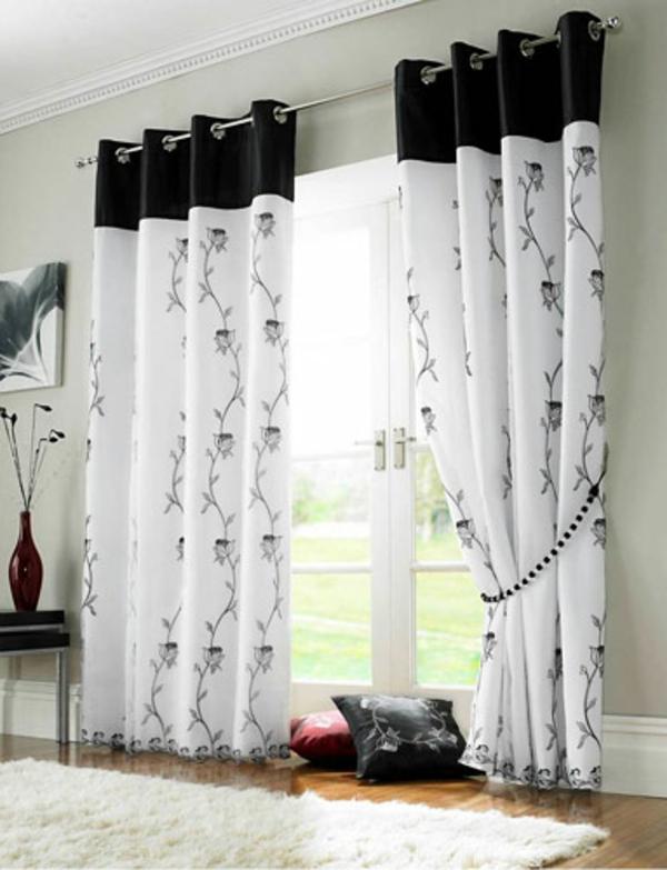 Weiße Vorhänge mit Bemalungen in Schwarz, ans Fenster aufhängen
