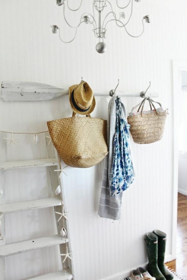 originelles hänger deisgn im flur mit weißen wänden