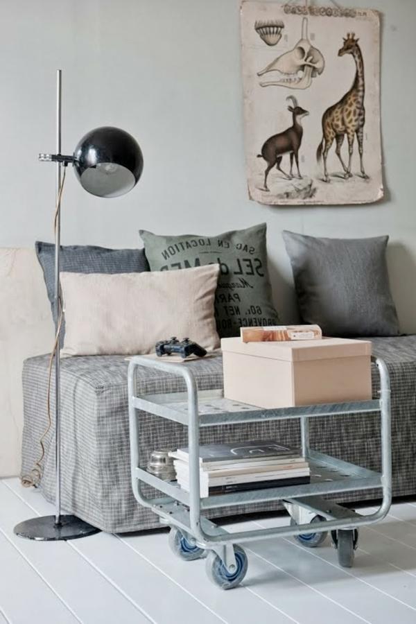 modernes wohnzimmer design mit einem sofa , extravagantes Plakat an der Wand und nesttisch