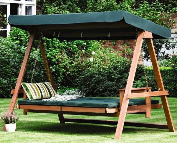 bett im garten ein bett zum trumen hngt in einem baum. Black Bedroom Furniture Sets. Home Design Ideas
