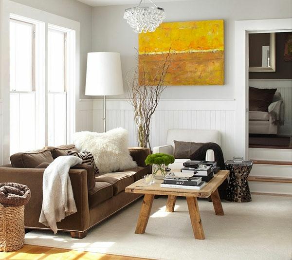 Kleines Wohnzimmer Mit Weißen Wänden Und Gelbem Akzent