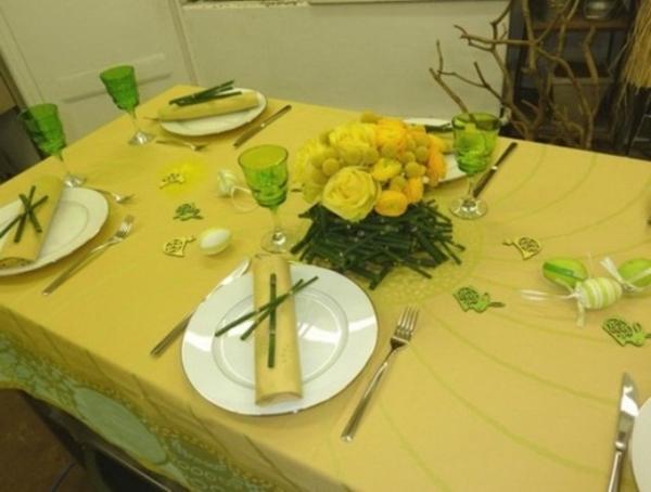 tisch dekorieren-gelbe farbtänungen porzellangeschirr
