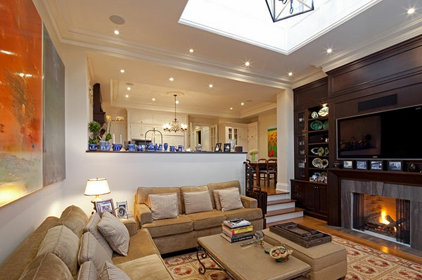 schicke möbel im wohnzimmer mit einer feuerstelle