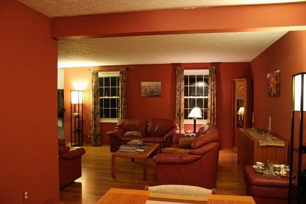 wohnzimmer rot braun:wohnzimmer farbgestaltung – rote wände rote möbelstücke
