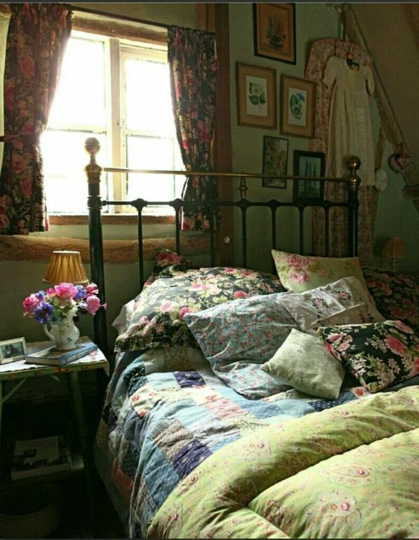 schlafzimmer mit bunten bettwäschen, kissen und vorhängen