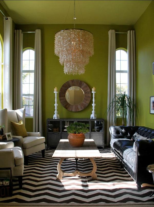 kleienes wohnzimmer mit kronleuchter aus glas und rundes spiegel