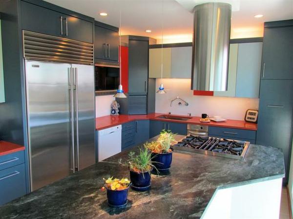 graue farbe in der küche -mit rot kombiniert
