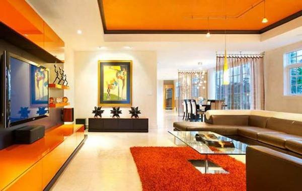 modernes wohnzimmer mit orangen nuancen und weißen wänden