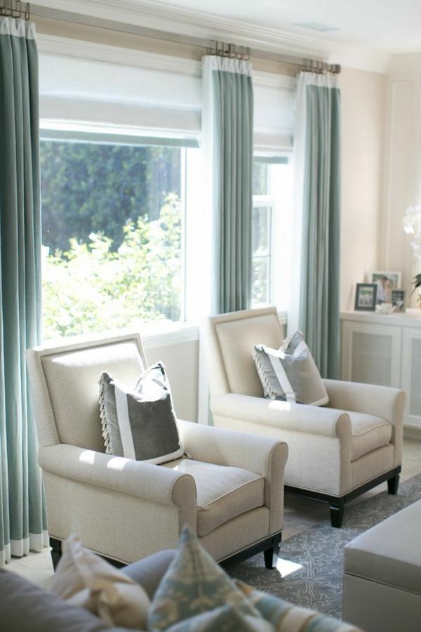 Blaue Vorhänge am Fenster für ein modernes Wohnzimmer