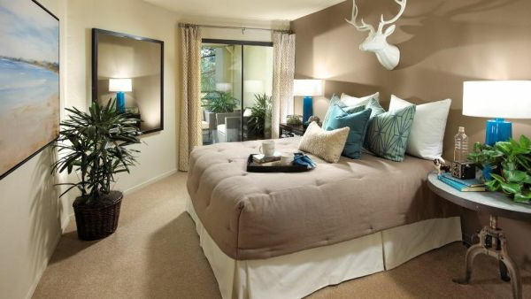 Auffälliges Design vom Bett im modernen Schlafzimmer