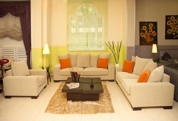 wohnzimmer idee mit dekokissen als orange akzente