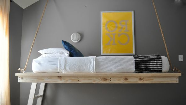 hängendes Bett und graue wandgestaltung im kinderzimmer