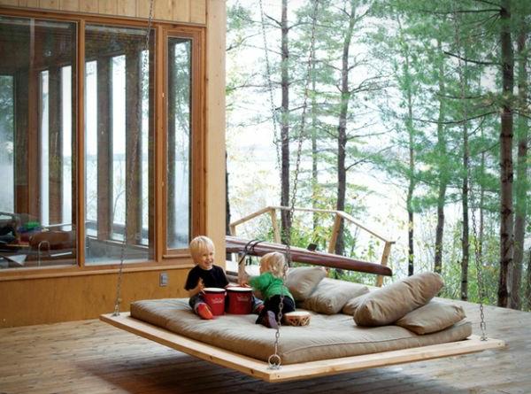 haus mit zwei kindern daneben - spielen auf hängendem bett