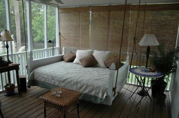 dekokissen auf einem hängenden bett im exotischen schlafzimmer