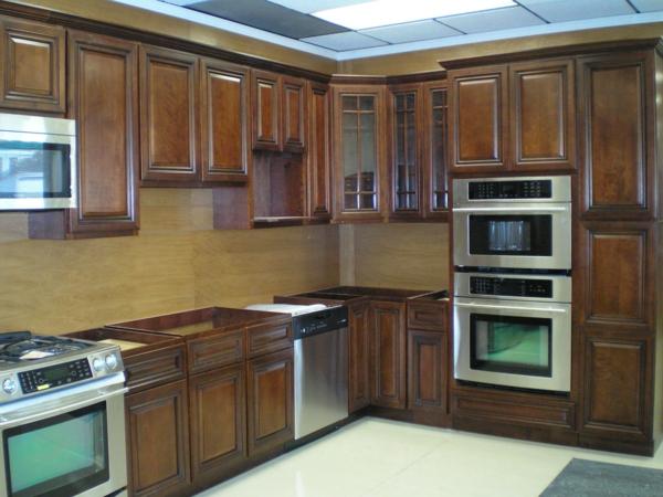 küche mit hölzernen schränken und metallischen backofen