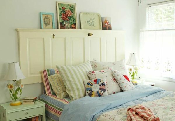 schlaffzimmer mit einem bett mit weißen und bunten bettbezügen und kissen