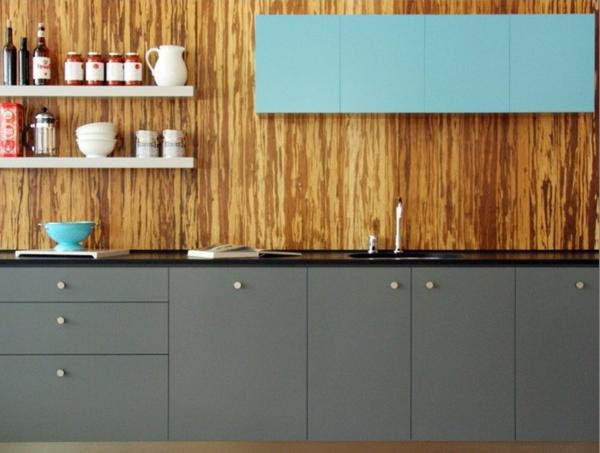 küche mit einem hölzernen küchenspiegel