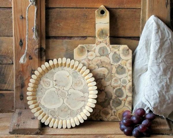 dekorative elemente für hellfarbige teller und küchenbrett aus holz
