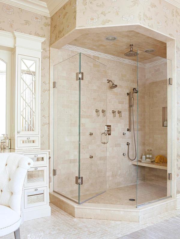 modernes  badezimmer mit einer marmor duschkabine und einem sessel