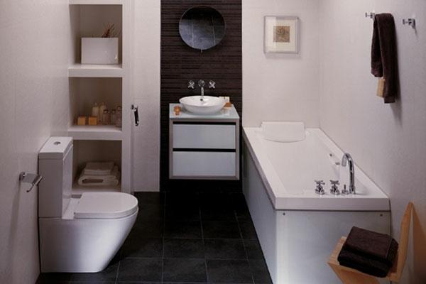 wandgestaltung mit weißem bademöbeln und einem braunen akzent und rundem spiegel