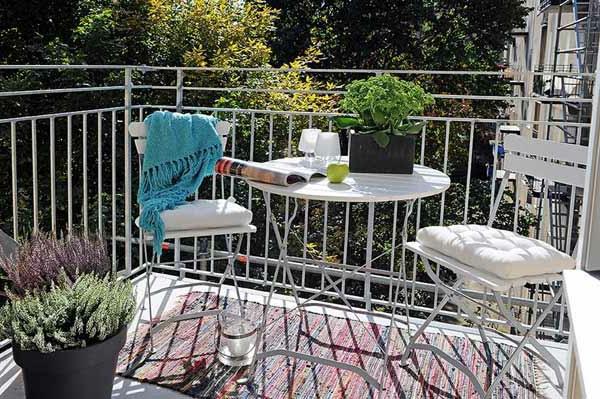 schöne terrasse mit weißen stühlen und einem runden tisch