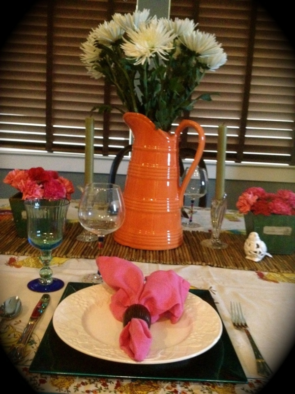 tischdeko mit oranger vase und weißen blumen kerzen gläser rosige blumen