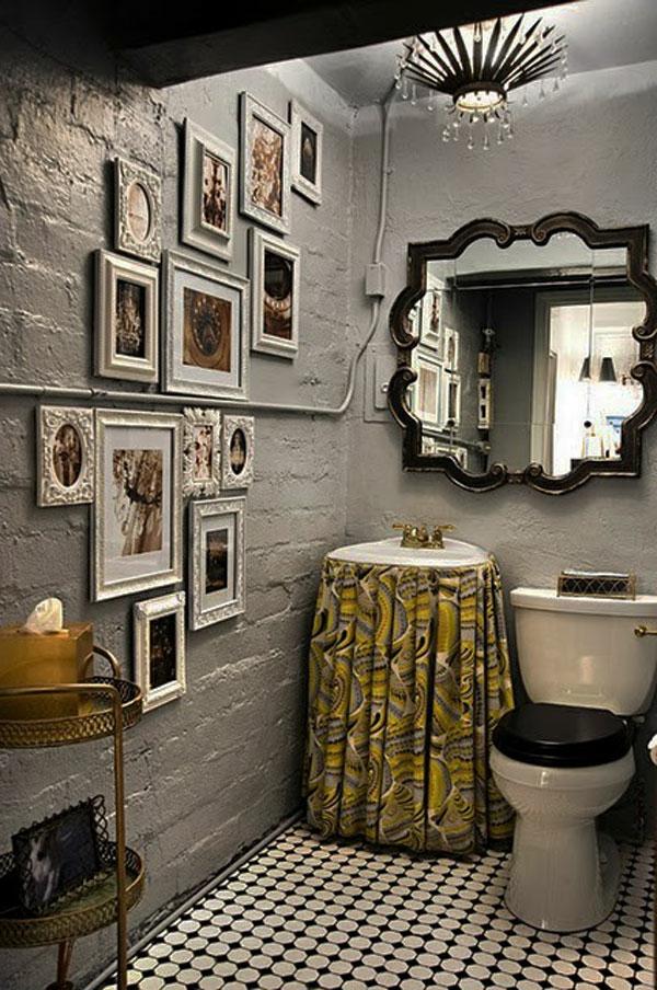modernes baddesign mit einem luxus spiegel interessanter form und vielen bildern an der wand