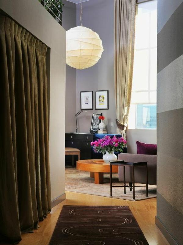 Moderner Hausflur mit weichem Teppich und dunklen Gardinen