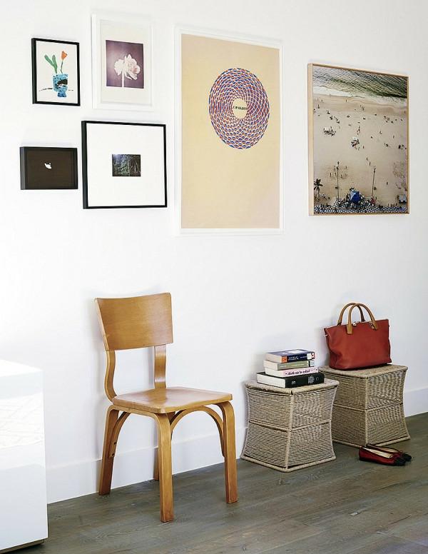 Interessante Bilder im Hausflur mit weißer Wandgestaltung