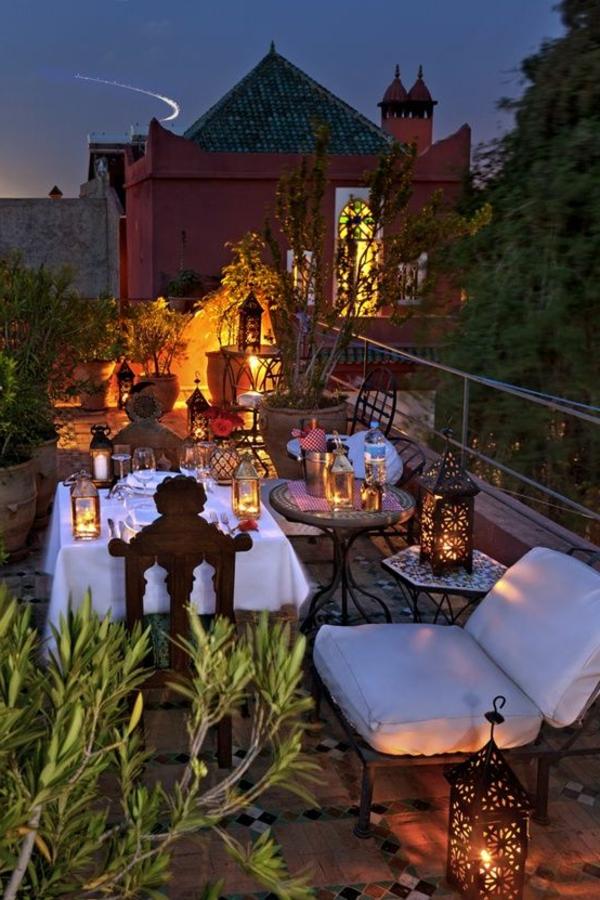 moderne terrassengestaltung mit warmer beleuchtung